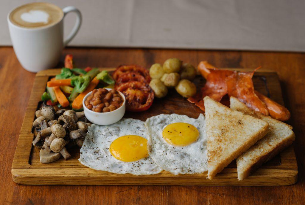 Grzanki z grilla z jajkiem sadzonym